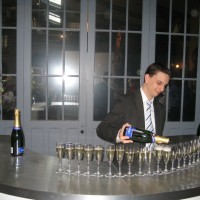 champagne-pouring-for-group